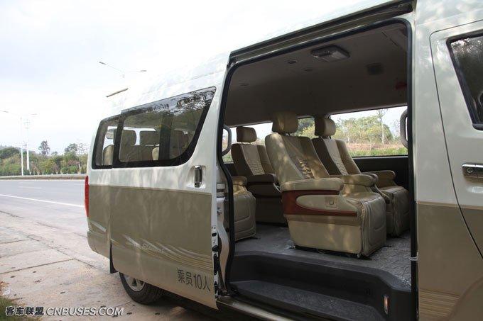 右侧的滑移门尺寸加大,便于乘客上下车