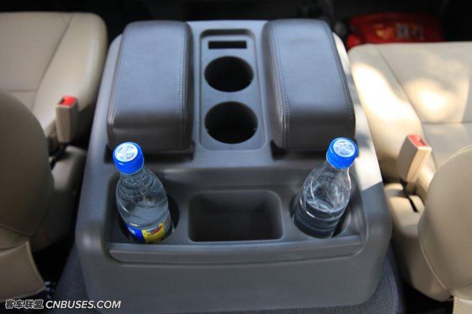 正副驾驶座椅之间的储物盒非常实用