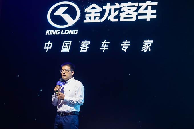 金龙客车工程研究院副院长苏亮讲解龙威新一代产品
