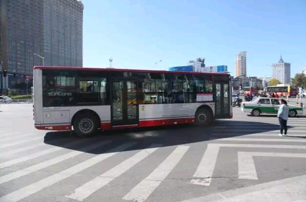 申龙10米新能源客车行驶在齐齐哈尔繁华街头