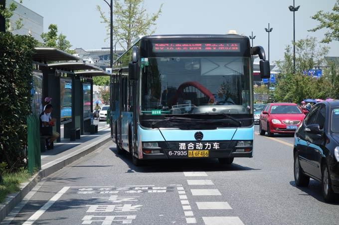 杭州街头的金旅混合动力公交车