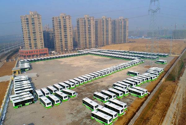 首批200台纯电动公交车安静地停在停车场等待上岗